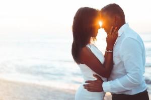 Shooting Photo d'engagement / fiancailles sur la plage au coucher de soleil