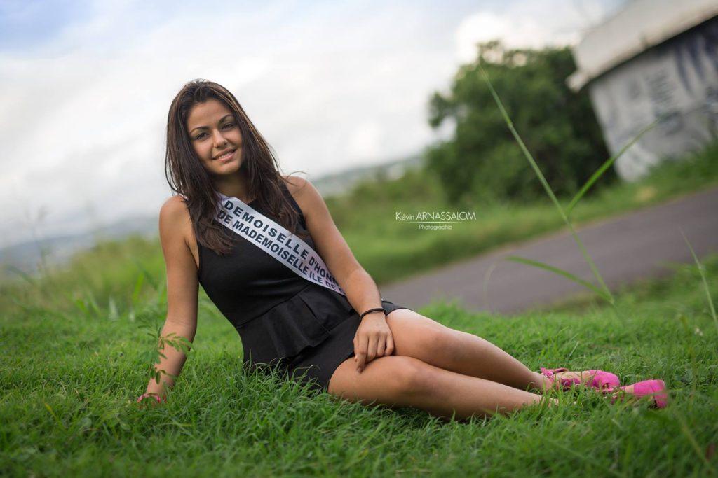 Photo avec Léna HOARAU assise dans l'herbe