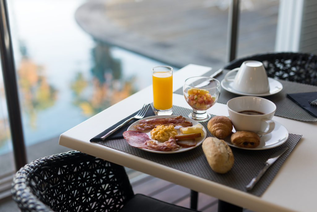 Un petit déjeuner au bord de la piscine de l'hôtel Villa Delisle à la Réunion