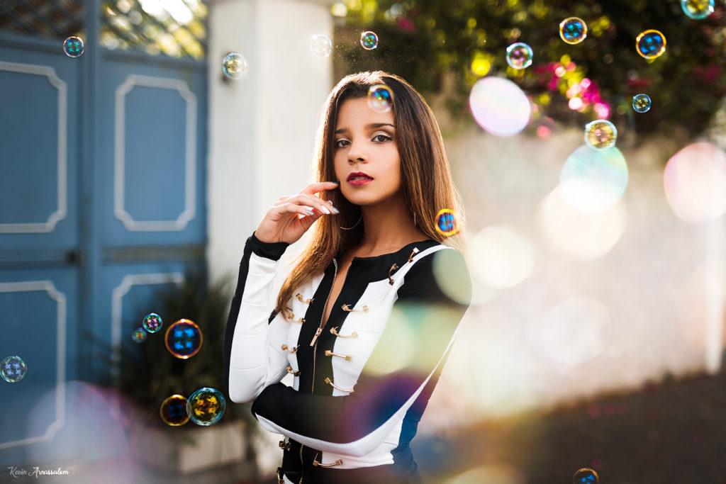 Photographie de portrait avec Deborah et des bulles artistiques