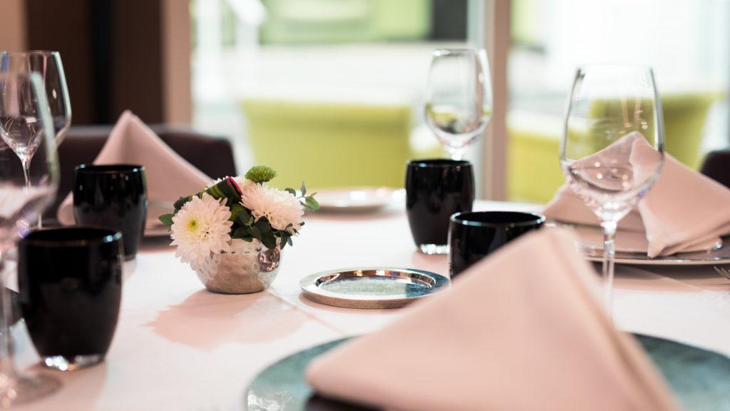 """Une table dans un restaurant chic de l'île de la Réunion - """"Le Pierre"""""""