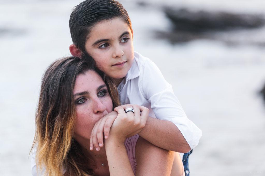 Un moment d'émotion entre maman et garçon en photo