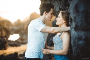 Une séance photo d'un jeune couple au coucher de soleil à la Réunion 974